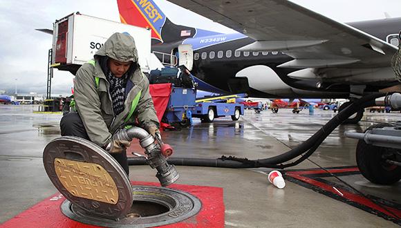 出于对中国放开低空管制前景的看好,这次石油巨头们瞄上了国内通用航空市场,并希望能从中分一杯羹。 11月11日第十届珠海航展开幕当天,中石化与中航通用飞机有限责任公司投资成立了中航通用油料有限公司,希望拓展通用航空油料业务。 通用航空是指除了商业航空外的其他民用航空,商业航空为常见的航空公司运营模式,通用航空则包括从事工、农、林、渔业和建筑业的作业飞行,以及医疗卫生、抢险救灾、气象探测、海洋监测、文体等方面的飞行活动。 加油难一直是制约通用航空发展的一个难题。通用航空飞机使用的油料包括航空汽油、航空煤油以及