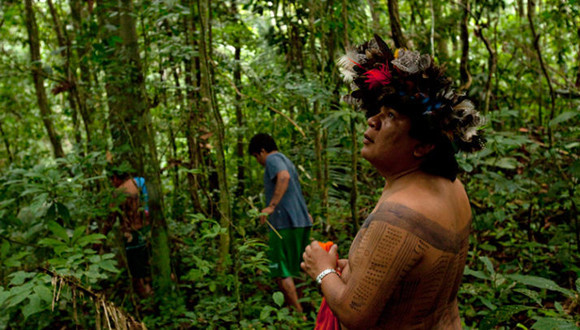 """巴西土著部落用高科技保护热带雨林的""""森林英雄"""""""