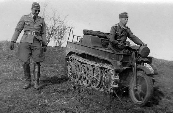 二战期间,德国发明了一款履带式摩托车,名字是叫「Kleines Kettenkraftrad HK101」,简称就是「Kettenkrad」。 在德语中,「Ketten」是指履带,而「Krad」就是摩托车的意思。  百闻不如一见,让我们先来围观下这种神奇的车辆。  车上的德国士兵笑得不要太开心。#战车太先进就是有资本#  这辆车即使是现在看来也外溢着霸气。#更何况坐着一位叼着烟的牛仔#  在设计上,车的前轮和把手处设计同摩托车一致。  可以参考下同期德军服役摩托车——BMW R12