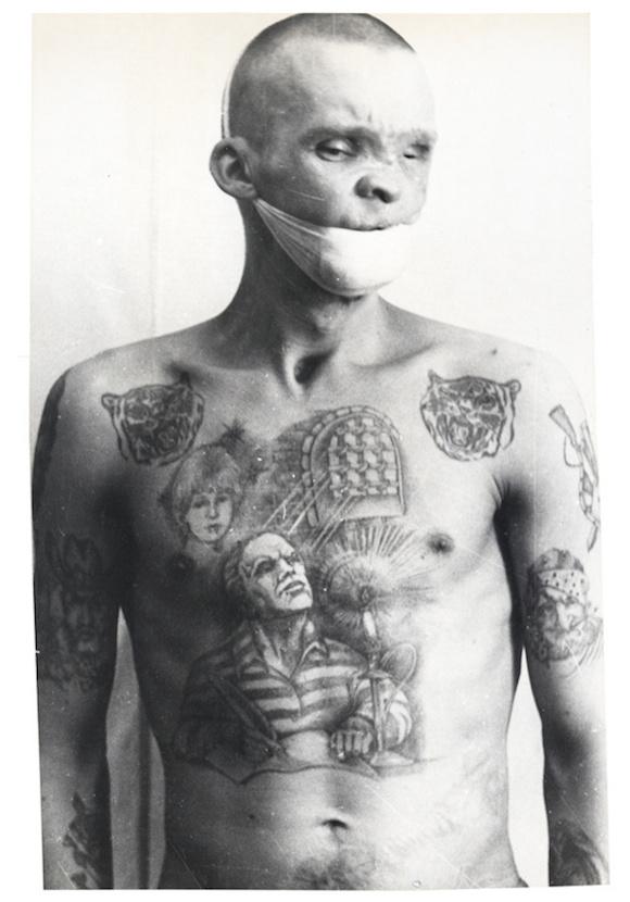 联监狱里为自己纹身的男人们图片