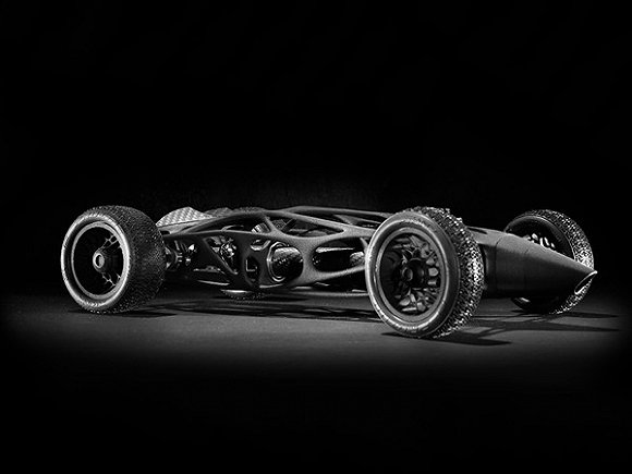 它的灵感来源于上世纪60年代f1赛车的外形和鸟的翅膀骨架结构,外形