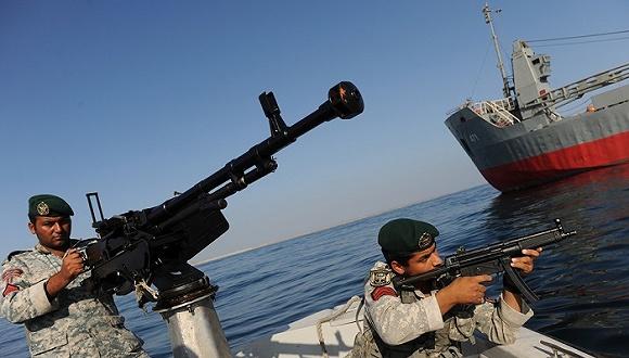 """据彭博社报道,美国陆军上校Steve Warren在国防部对媒体表示,伊朗军队在霍尔木兹海峡登上了一艘悬挂马绍尔群岛国旗的货轮。 此前据沙特媒体报道,伊朗军方拦下的是一艘美国货轮。这一报道推动油价走高,国际基准布伦特原油期货价格盘中一度上涨1%。 美国国防部否认了有关美国货轮被拦下的说法。美国国防部称,被拦下的货轮是丹麦马士基集团的""""底格里斯号""""(MV Maersk Tigris),当时在""""国际公认的海事航线""""行驶。 伊朗军方的巡逻艇要求船长将货轮驶往伊朗海"""