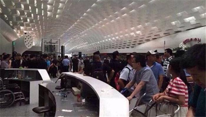 深圳机场因航班延误遭乘客打砸