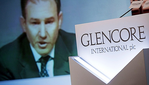 尽管嘉能可(Glencore,GLEN.L,00805.HK)声明其运营和财务具有健康性,但银行业分析师认为嘉能可的债务为1030亿美元,是其此前对外公布数字的两倍。 10月7日,以美林证券分析师阿拉斯泰尔·瑞安(Alastair Ryan)为首的银行分析师团队称,嘉能可的负债并不是该公司此前对外公布的500亿美元,而是1030亿美元。 这其中包括350亿美元债券、90亿美元银行贷款、80亿可循环贷款、10亿担保借款以及锁定至2017年的500亿美元信用证额度。 瑞安的团队认为,嘉能可此前公
