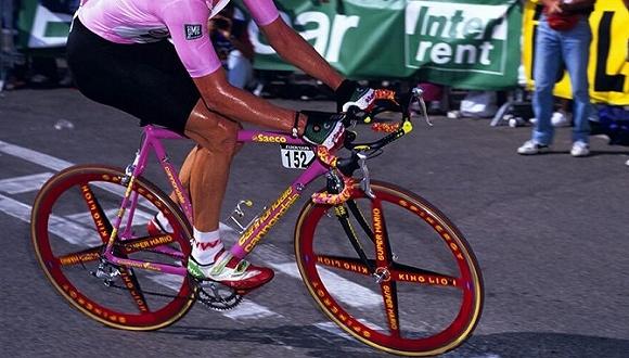 """1.史蒂夫·鲍尔的Eddy Merckx Stealth  这辆车没有亮相过多少比赛是有原因的 图片©Watson 巴黎-鲁贝上我们总是能看到各种各样的奇葩器材,不过鲍尔在1993年使用的这款战车实在是太奇葩了一点,拥有匪夷所思的几何角度设计,完全是为了减少石头路上的颠簸感。 这辆车的立管角度是夸张的六十度,前后轮轴距长达109厘米,同时还配置了一支Rock Shox前叉,这辆""""追求极致舒适性""""的战车确实是石头路上的梦幻武器,不过我们在这里要告诉鲍尔一个坏消"""