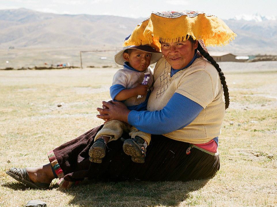 ... 的村庄的旅途中拍摄到 安第斯山脉的极端惊人的美丽