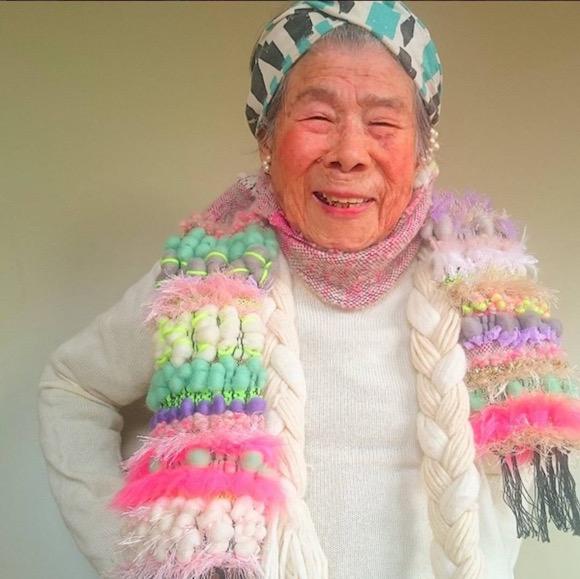 """记得有个72岁的中国老爷爷给孙女的网店做模特,小脸细胳膊大长腿,简直就是为淘宝""""网红""""而生的。  那时候就感概,原来爷爷奶奶不是只能活在童年的记忆里,老家的摇椅上。 毕竟他们也曾年轻过,没准我们装过的哔卖过的情怀都是他们玩儿剩下的。 最近日本Instagram上有个大红人,也是为孙女做模特,而且她已经93岁高龄了。  老人名叫惠美子(音译),自从给孙女森千波(@1000wave)做模特以来,已经为她带来了上万名粉丝。 森千波住在大阪一带,网店主要出售自己亲手织就的当地一种名为&ld"""