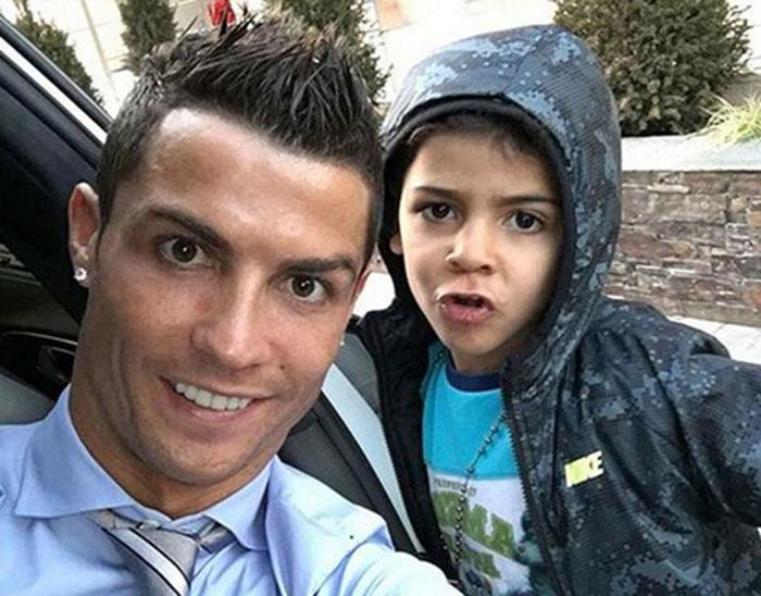 """C罗的儿子克里斯蒂亚诺二世今年刚刚五岁,在2010年南非世界杯结束之后不久,C罗就在自己的脸书上公布了自己已为人父的喜讯,儿子取名克里斯蒂亚诺·罗纳尔多·多斯桑托斯。葡萄牙人在得知自己有了一个儿子之后表示,那时他""""还没有做好结婚生子的准备"""",但他对于晋升为父亲依然感到兴奋。 重视家庭的C罗对自己唯一的儿子宠溺有加,媒体曾经多次拍到C罗带着儿子出门游玩,在C罗的豪宅中还专门为克里斯蒂亚诺二世修建了一个迷你足球场。在2015年的金球奖颁奖典礼上,第三次荣获金"""