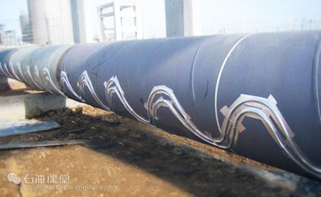 """海管是铺设在海底,连续输送油、气、水的管道。打个比喻:海上的油气设施都是一个个有价值的""""点"""",只有通过油气管道这样的""""线""""将""""点""""连接,才能构成完整的系统,发挥生产系统的整体价值。   海底平管:平铺于海底,是海底油气输送的主力军  膨胀弯管:用于连接海底平管与立管。受海水温差的影响,钢管存在着热胀冷缩的现象,膨胀弯管可以补偿海管长度的变化  立管:海底处于垂直状态的管道,连接海底平管与海上的生产设施  浅水区的立管都是钢管固定"""