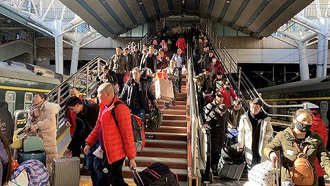 春运第一天,900万人一起坐火车回家