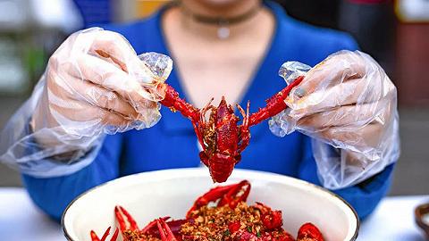 【春节特供·特写】中国饭桌上的小龙虾能怎么吃,还得看他们