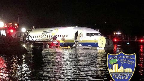 美国一架波音737客机冲出跑道,滑入圣约翰河