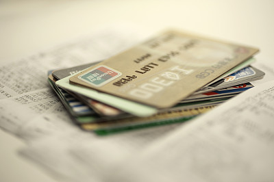 """信用卡""""剁手""""透支无节制,银行嗅到风险告别激进发卡"""